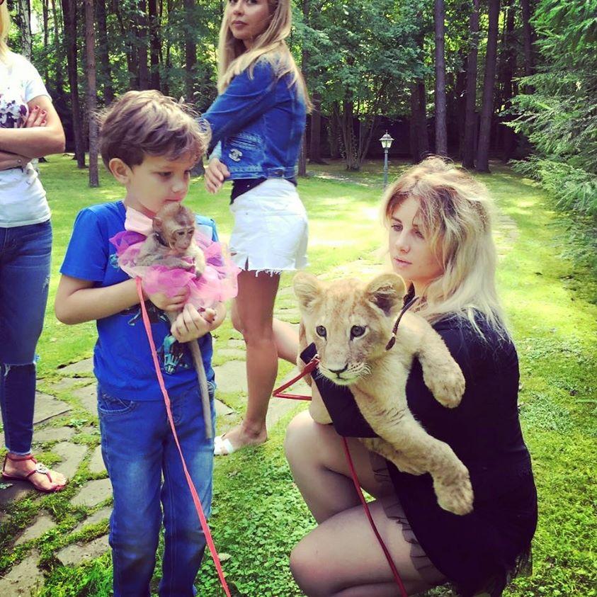 львенок и обезьянка на фото